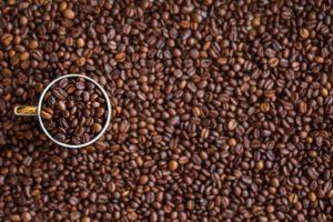 beneficios del café y vasos de cartón en la salud